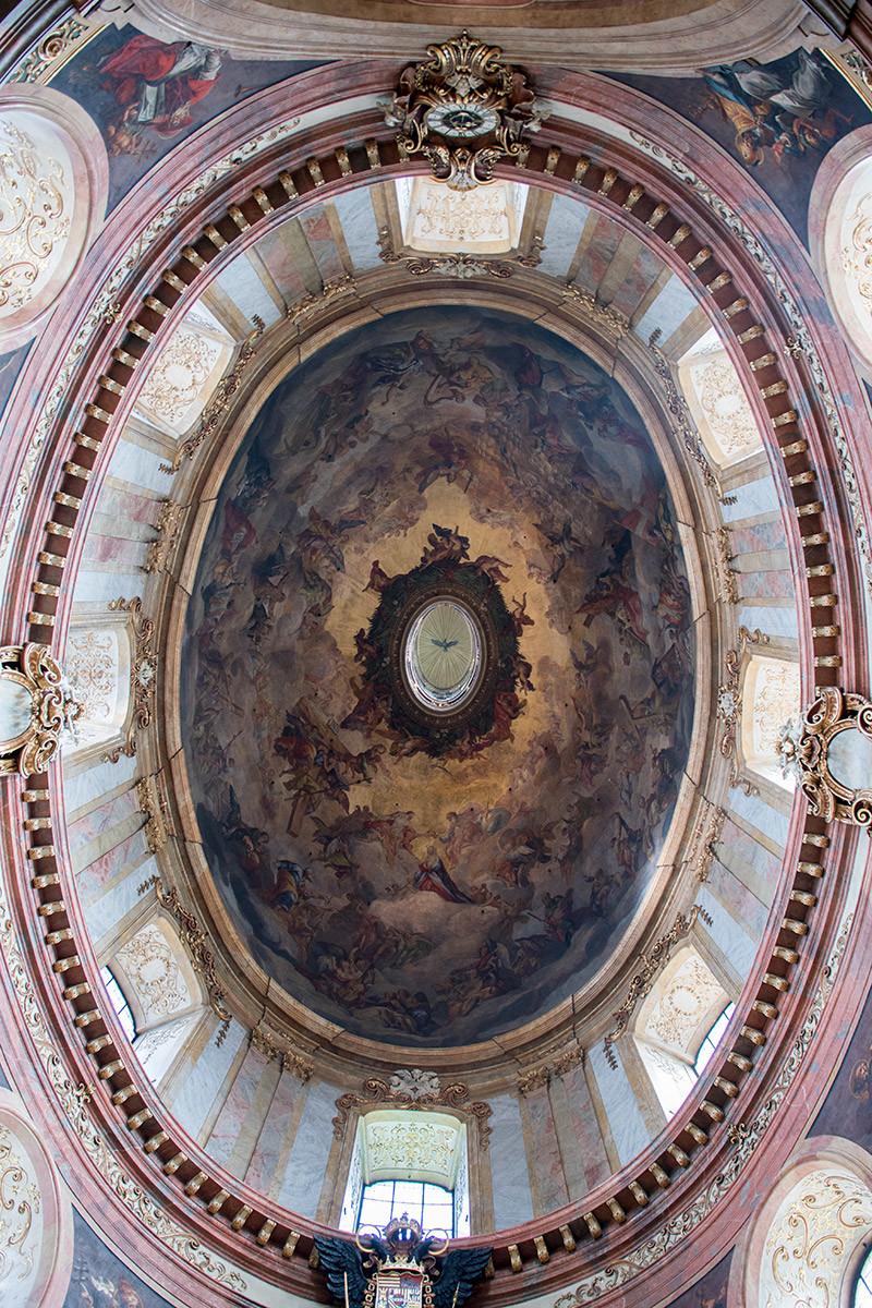 Великолепной росписью овального купола церковь Святого Петра обязана искусству художника Роттмайра, оформлявшего и Карлскирхе.
