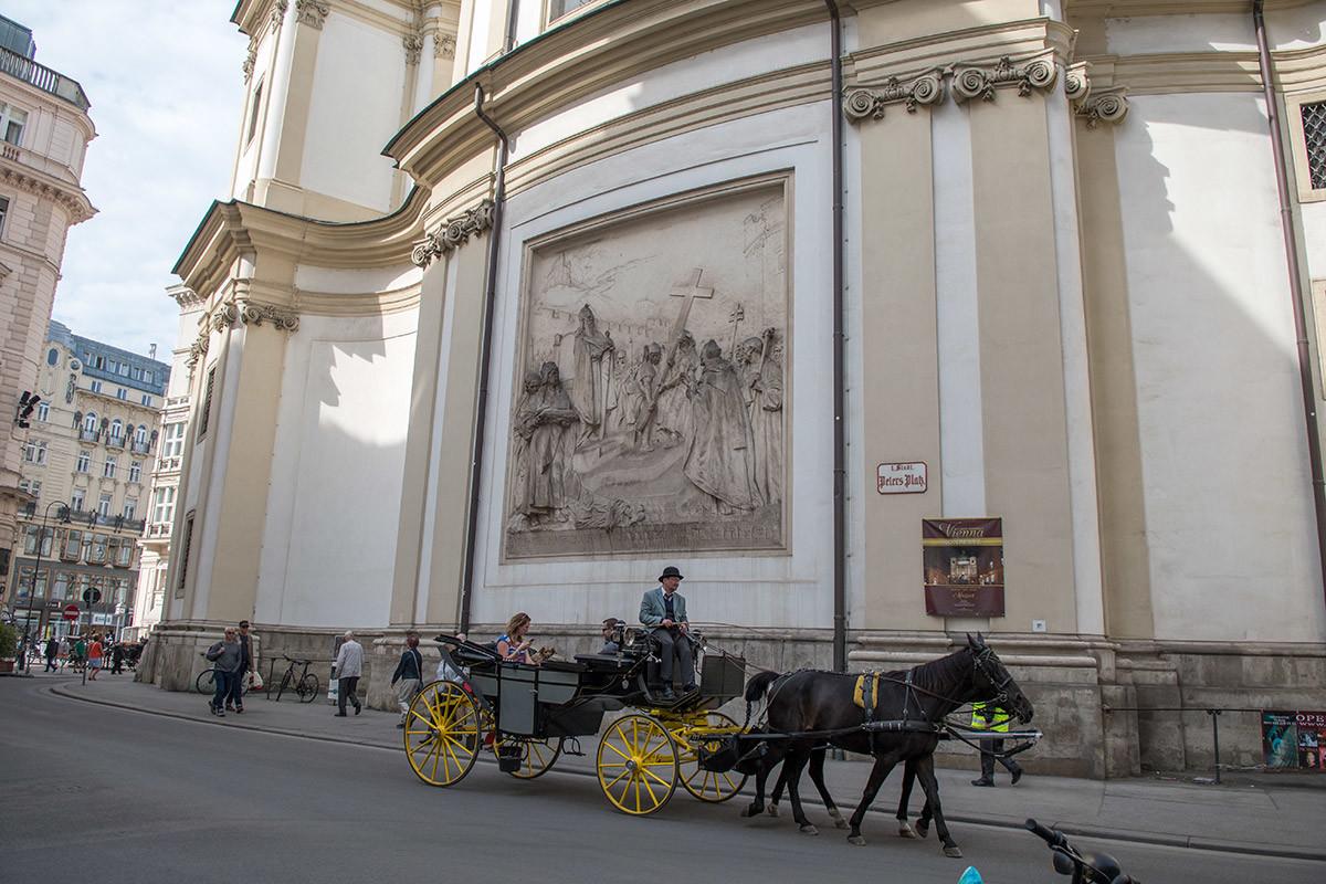 Несмотря на тесноту вокруг храма, венские кучеры ухитряются показать туристам церковь святого Петра со всех сторон.