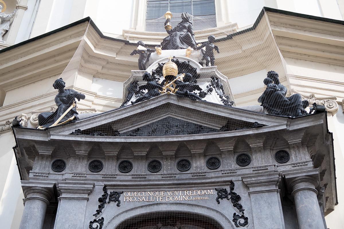 Скульптурная группа, украшающая вход в церковь святого Петра, отлита не из привычной бронзы, а из твердого свинца – гартблея.