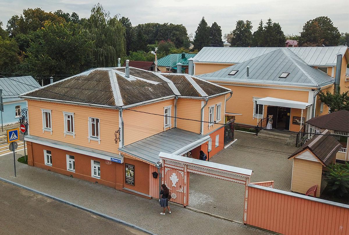 Высотный снимок позволяет рассмотреть дом самовара с обеими жданиями и обширным двором, в который можно попасть с двух улиц сразу.