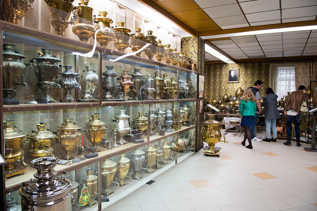 Дом самовара использует для показа своей обширной коллекции и застекленные стеллажи с полками, и экспозицию свободного размещения на полу и разных подставках.