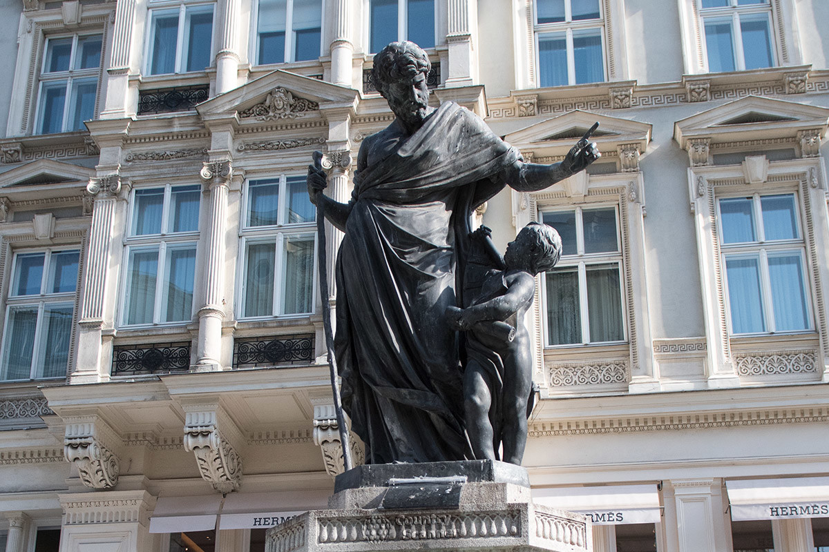Скульптура, расположенная на пьедестале внутри бассейна фонтана Йозефа, изображает главу Святого семейства на прогулке с сыном Божьим.