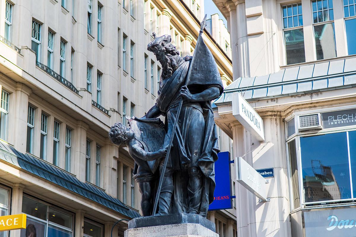 Фонтан Леопольда украшен скульптурной группой из придворного пажа и самого маркграфа, рассматривающего чертеж возводимого храма.