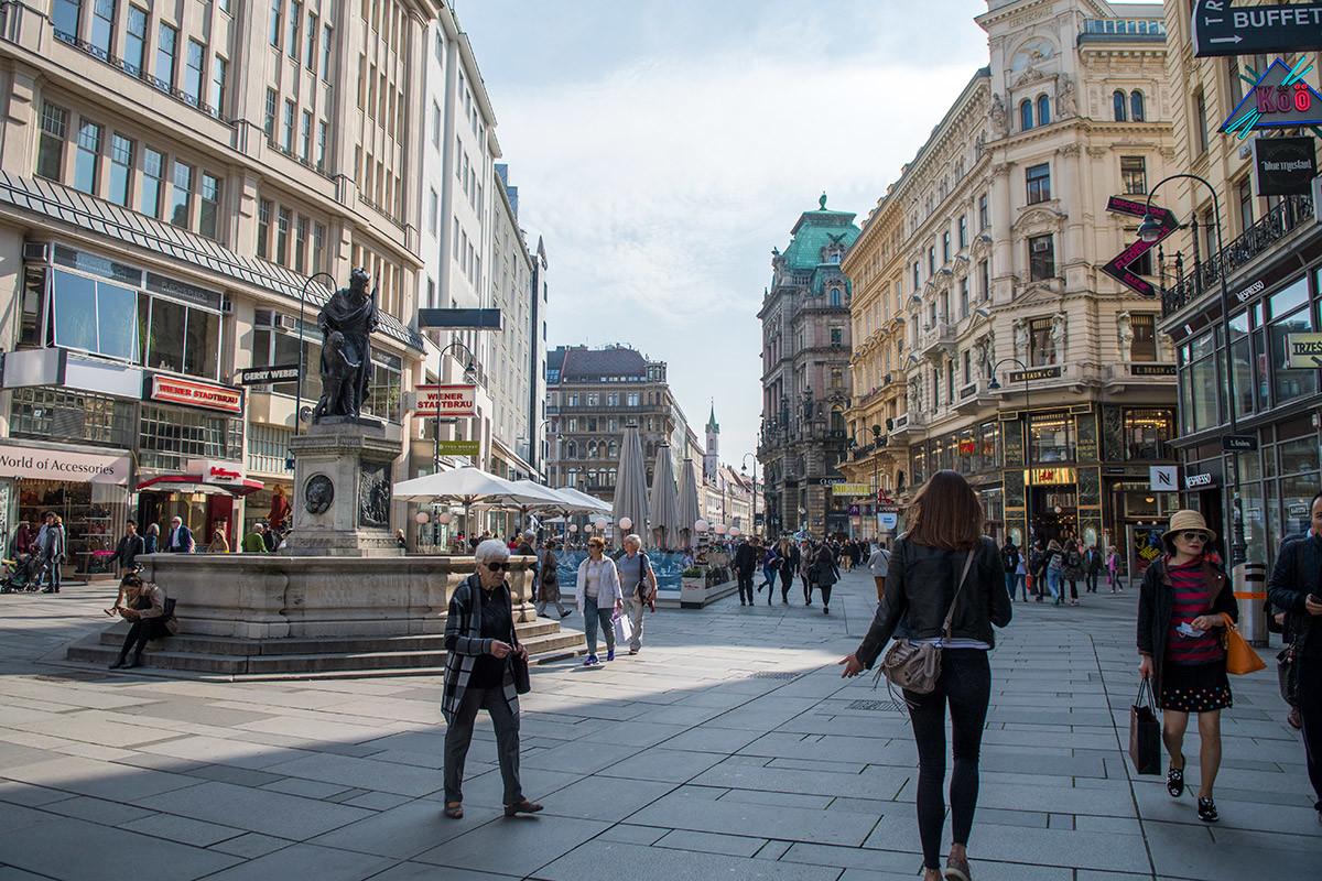 Территория, окружающая фонтан Леопольда, почему-то не оборудована обычными для пешеходных зон скамейками для отдыха.