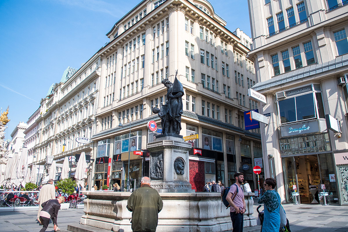 К юго-востоку от знаменитой чумной колонны, блестящей позолотой Святой Троицы, расположен фонтан Леопольда со статуей средневекового маркграфа.