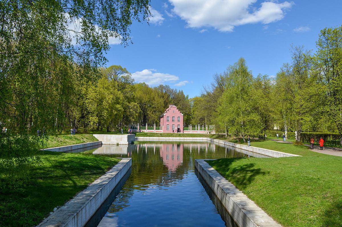 Общий вид с перекидного мостика на голландский домик в Кусково, прилегающий водоем и его живописные окрестности.