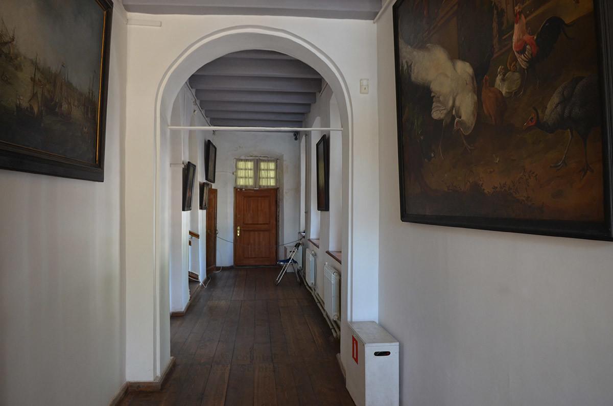 Передние, или нижние сени, украшенные произведениями живописи, ведут в кухню и к лестнице на второй этаж голландского домика в Кусково.