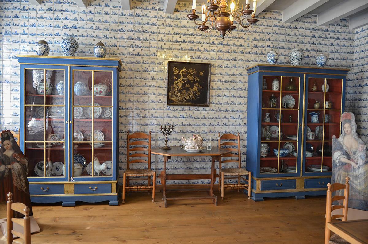 Кухонное помещение голландского домика в Кусково облицовано изразцами, здесь находится коллекция фарфора и фаянса.