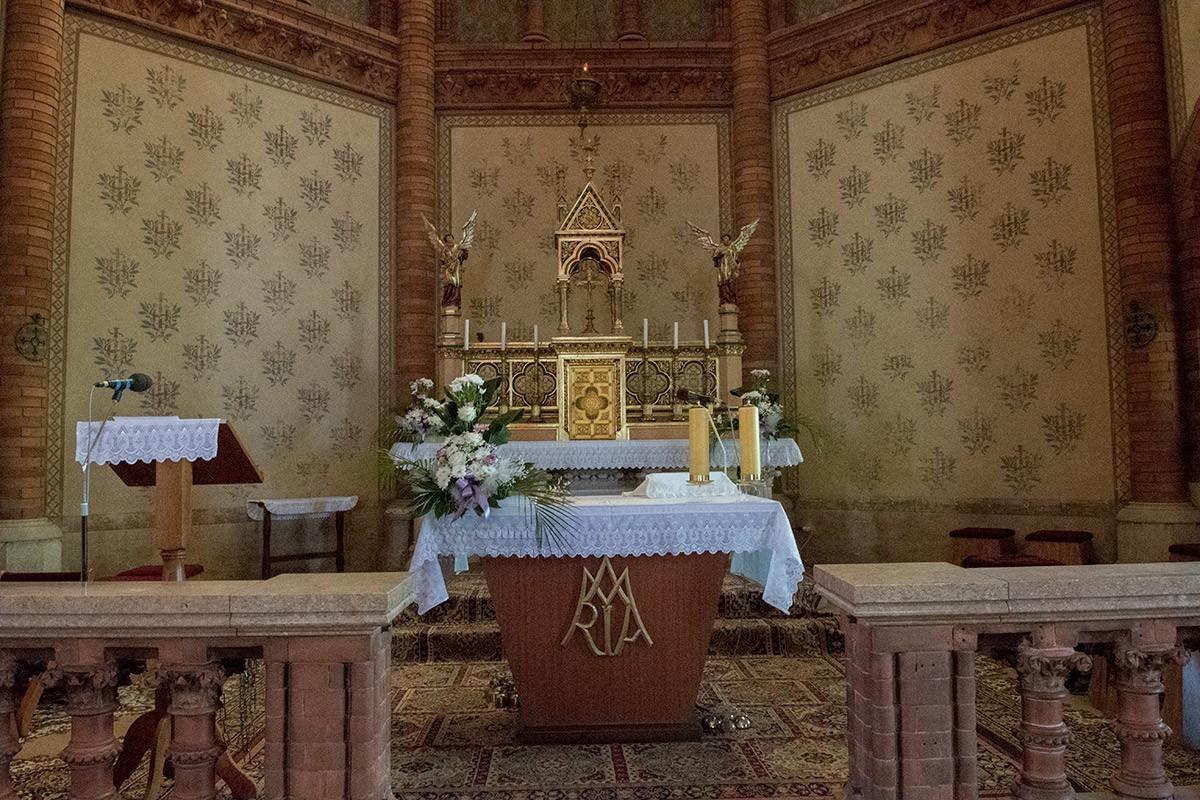 Главный алтарь храма Посещения Пресвятой Девы Марии украшен вензелем Богородицы.