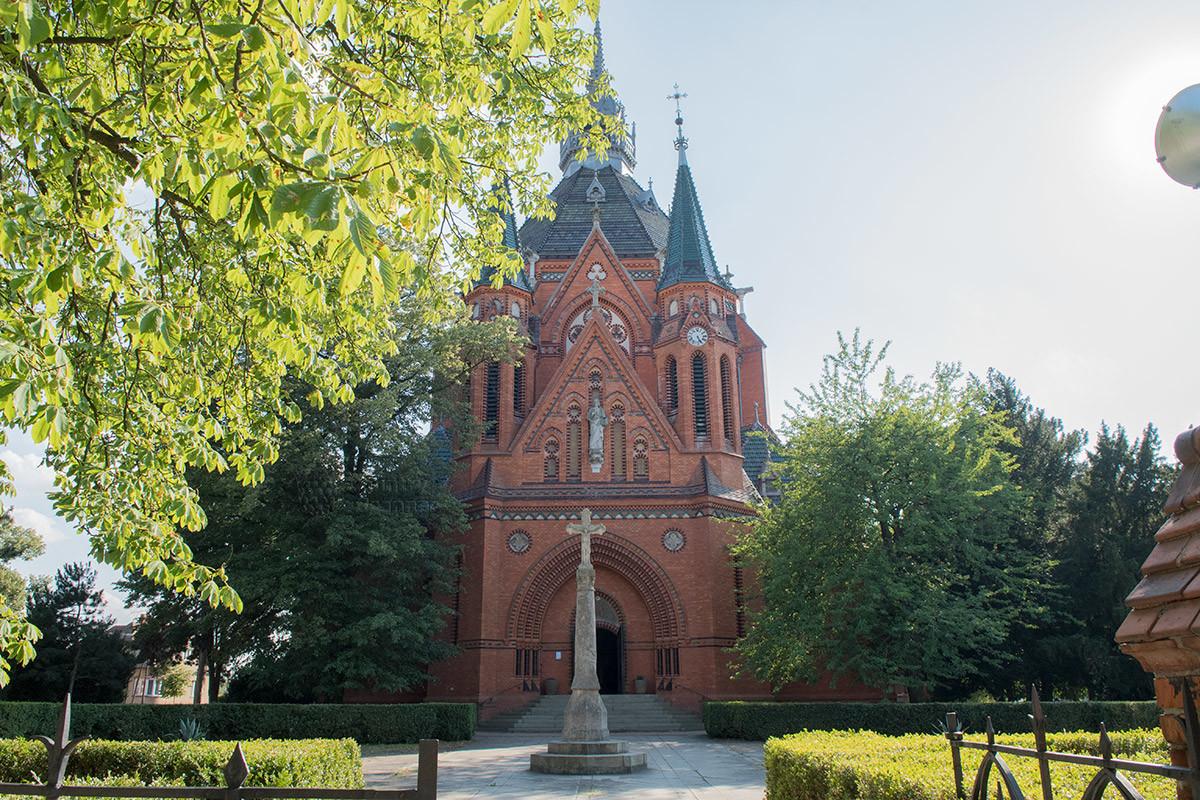 Храм Посещения Пресвятой Девы Марии примечателен своим фасадом со статуей благословляющего Христа на фронтоне.