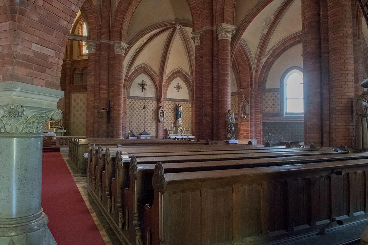 Скамьи, которыми оборудован храм Посещения Пресвятой Девы Марии, расставлены двумя рядами.