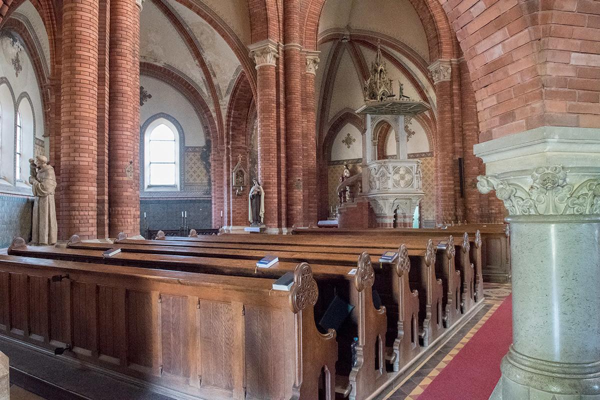В отличии от других церквей и соборов, храм Посещения Пресвятой Девы Марии даже колонны имеет из кирпичной кладки.