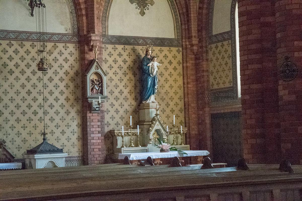Раскрашенная статуя Богородицы с младенцем украшает храм Посещения Пресвятой Девы Марии.
