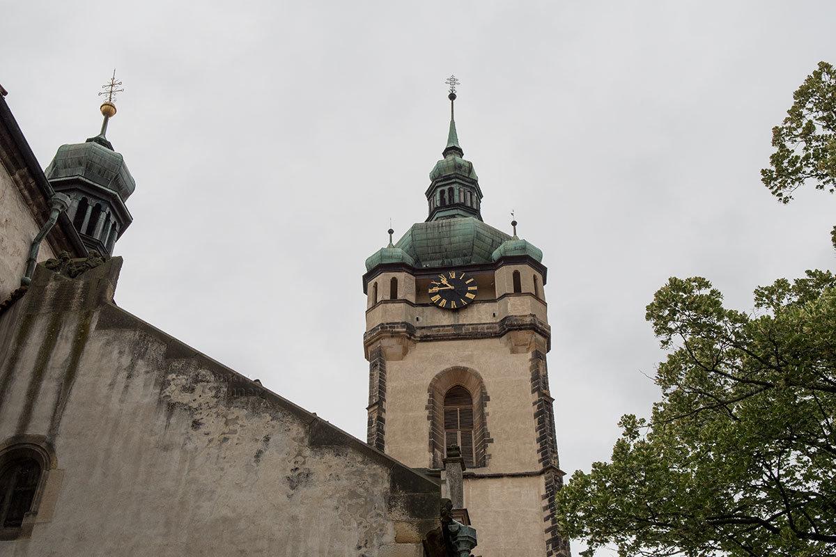 Колокольней в стиле барокко с часами и смотровыми башенками под главным куполом костел Петра и Павла обзавелся в 1488 году.