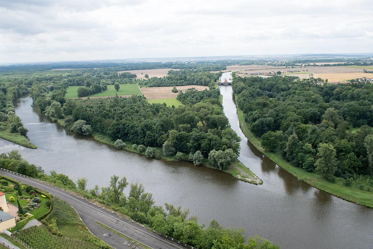 Расположен костел Петра и Павла на высоком речном берегу, возле слияния рек Влтавы и Лабы, а также впадения в русло судоходного канала.