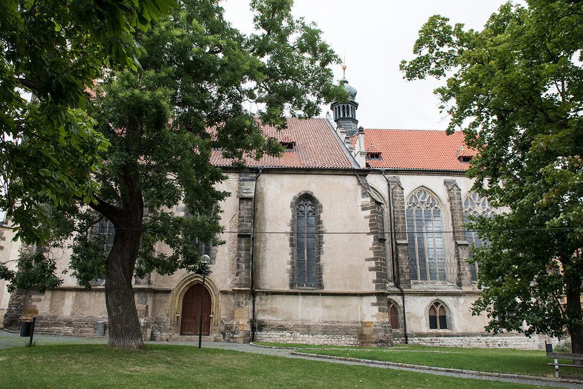 Костел Петра и Павла расположен в чешском городе Мельник, в плотной застройке,и целиком рассмотреть его с земли нет возможности.