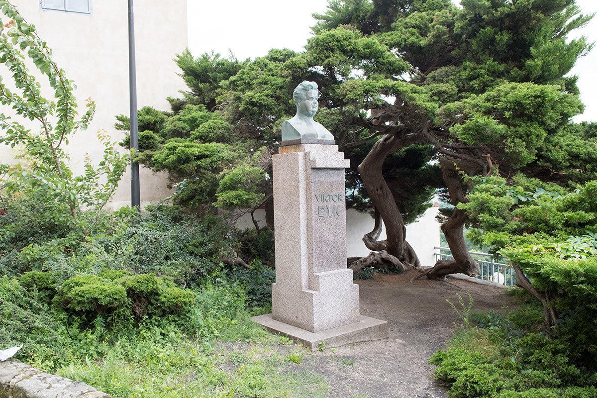 Еще одна достопримечательность возле костела Петра и Павла – бюст Виктора Дыка, писателя и политика, родившегося порблизости.
