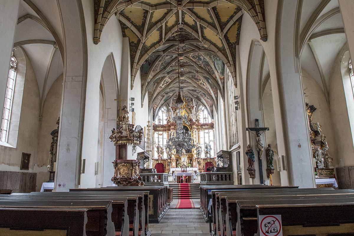 Внутри костел Петра и Павла устроен типично для большинства католических храмов, имеет три нефа, разделенных арочными перегородками.