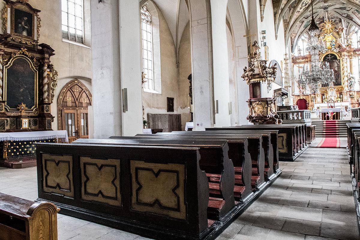 В среднем нефе по католическим канонам церковной службы костел Петра и Павла оснащен скамейками для сидения и полочками на них для коленопреклонения.