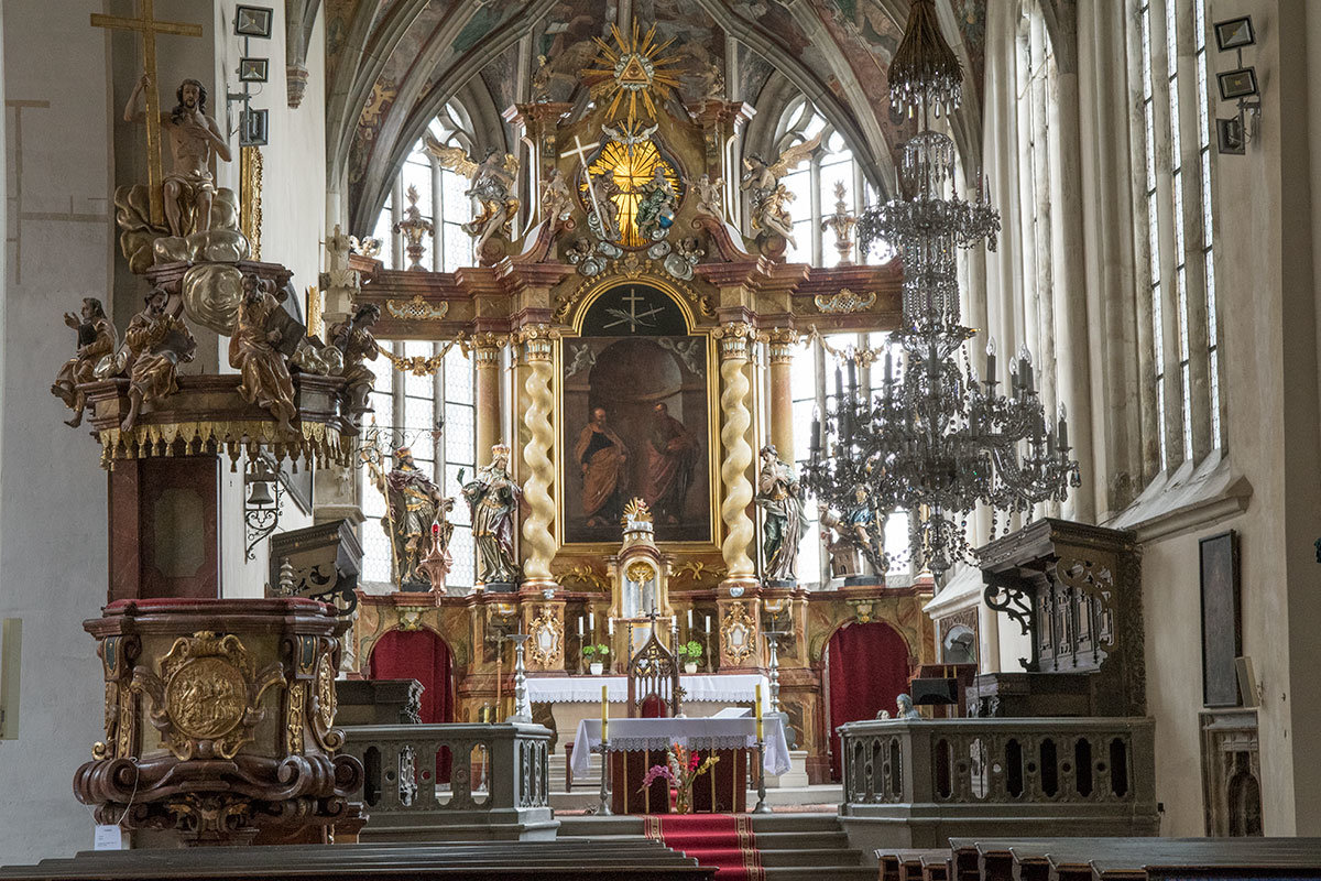Костел Петра и Павла в алтарной части богато украшен, здесь на стене апсиды живописное изображение Святых Петра и Павла и другие атрибуты.
