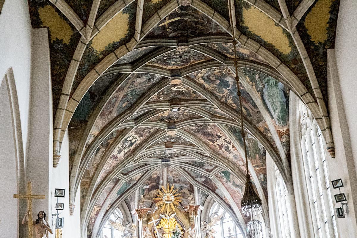 По конструкции храмовых сводов и оконных проемов костел Петра и Павла относится к зданиям готической архитектуры.