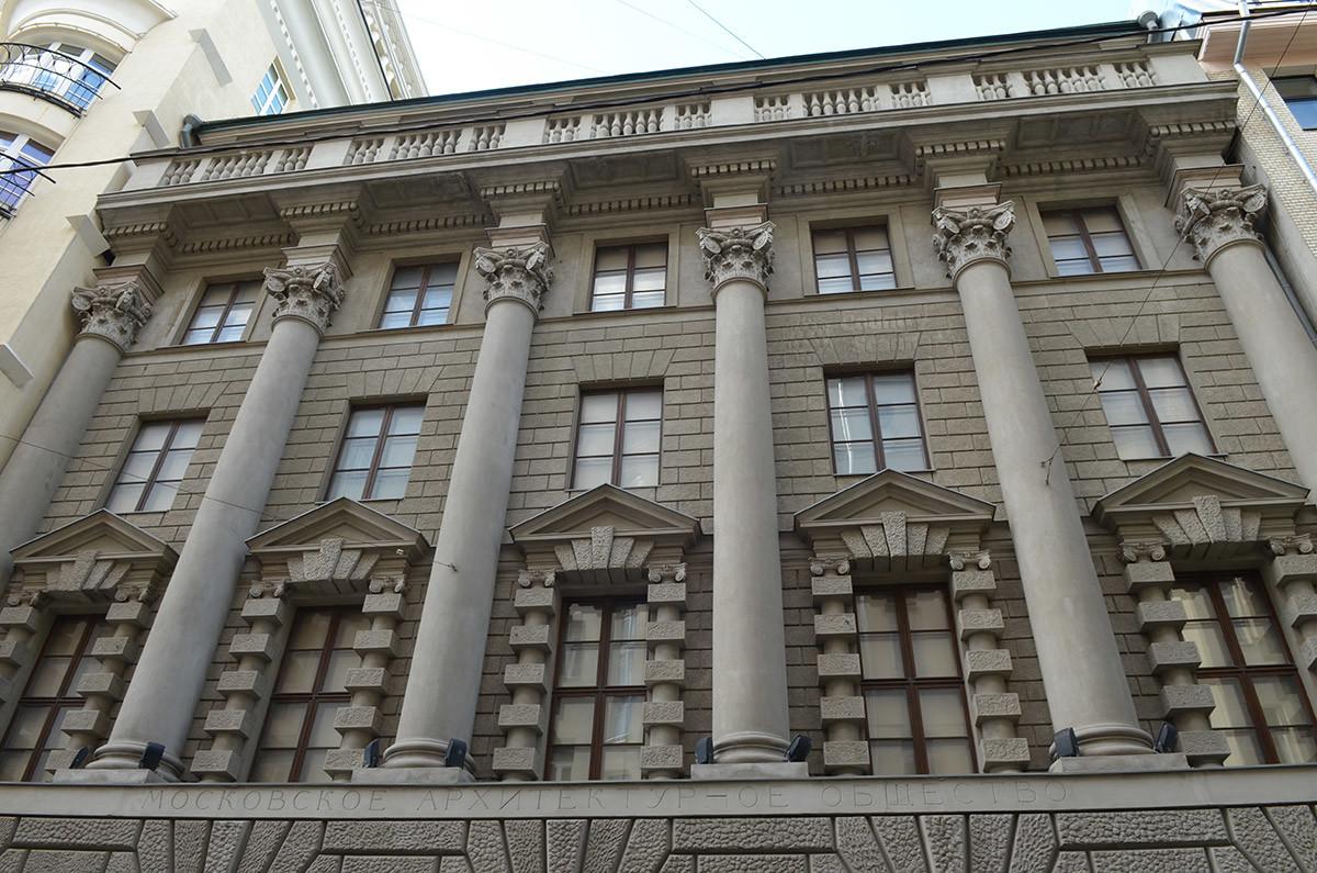 Памятник архитектуры начала прошлого века занимает московский музей современного искусства в Ермолаевском переулке.