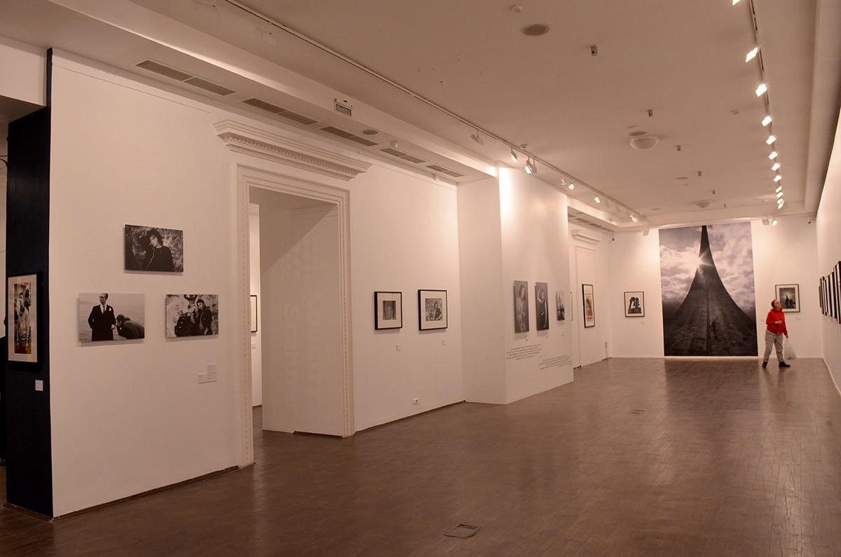 В нескольких залах московский музей современного искусства в Ермолаевском переулке представляет фотовыставку к юбилею Сергея Борисова.
