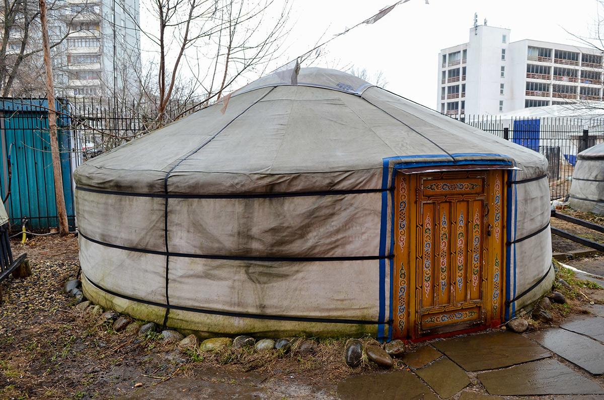 Жилая монгольская юрта с расписанной орнаментами дверью, которую музей кочевой культуры предлагает посетить в первую очередь.