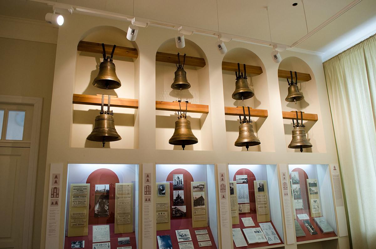 Музейный колокольный центр оборудован нишами для размещения колоколов с поперечными балками, все как в реальной звоннице.