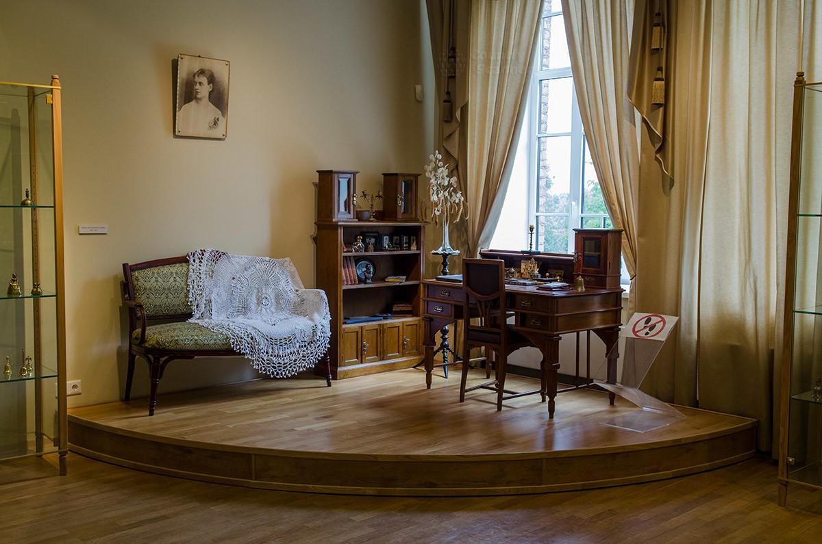 Кабинет местной писательницы демонстрирует не только обстановку творческого помещения, на столе музейный колокольный центр разместил колокольчик для вызова горничной.