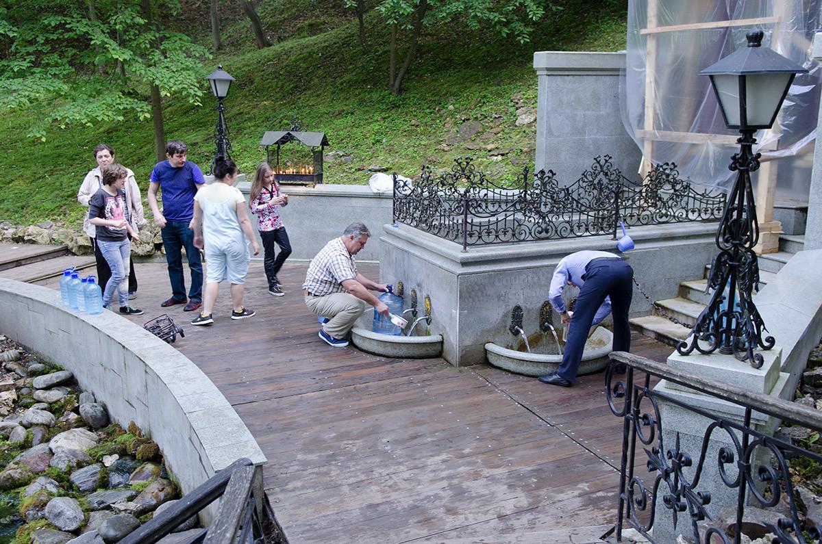 Свои прохладные воды Святой источник в с. Талеж изливает под сводами часовни, самая живописная часть которой была на ремонте.