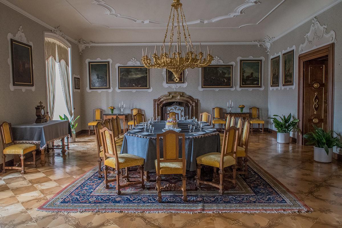 Замок Лысице в своей Большой столовой демонстрирует коллекцию живописных полотен с лошадьми Испанской школы верховой езды.
