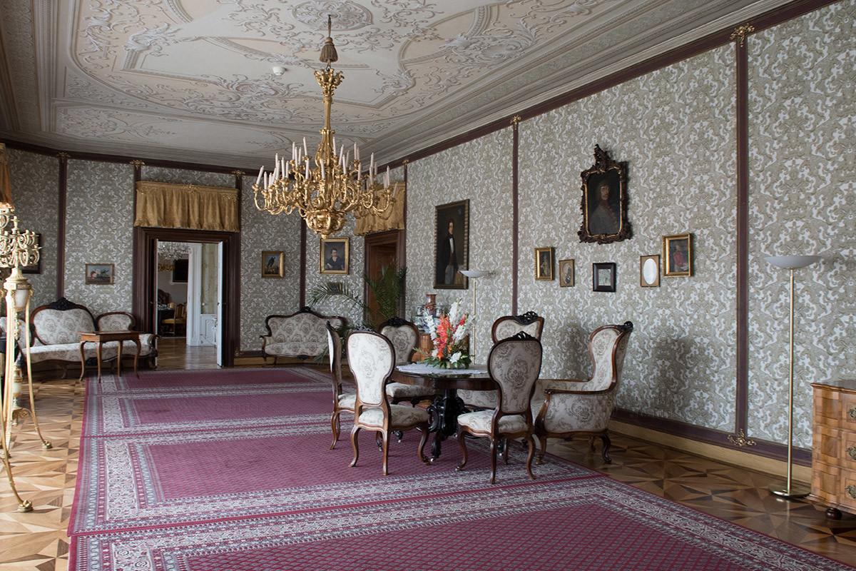 Гармонично оформлен Большой салон, самое крупное из помещений, которыми располагает замок Лысице.