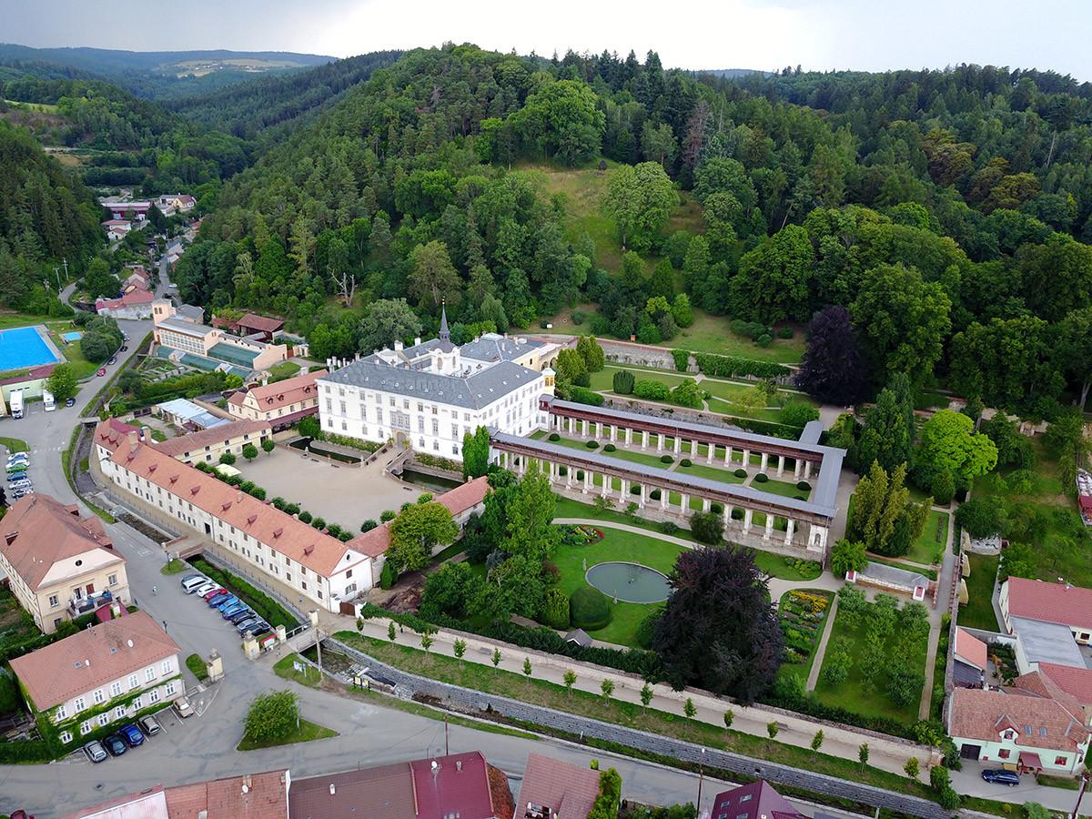 Вид сверху на замок Лысице