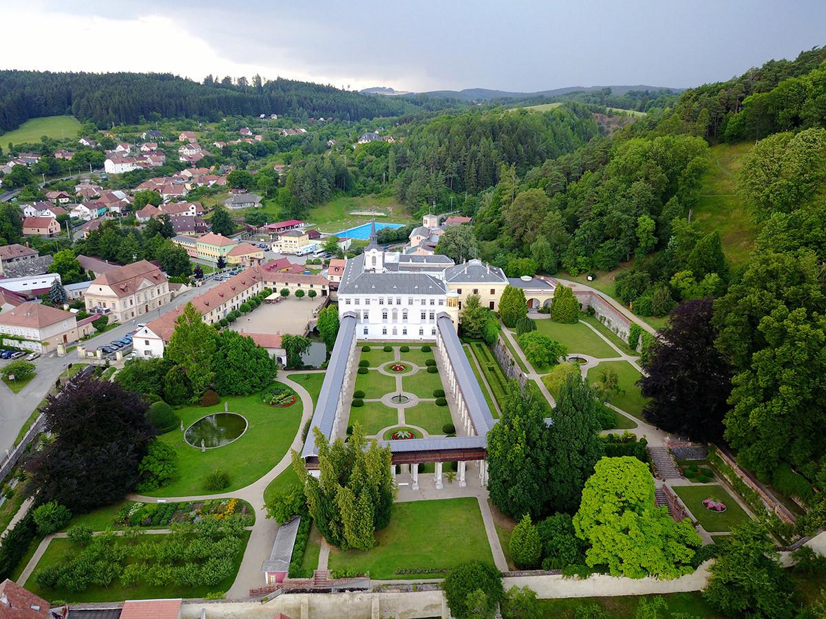 Вид на цветник замка Лысице и прогулочную галерею вокруг него