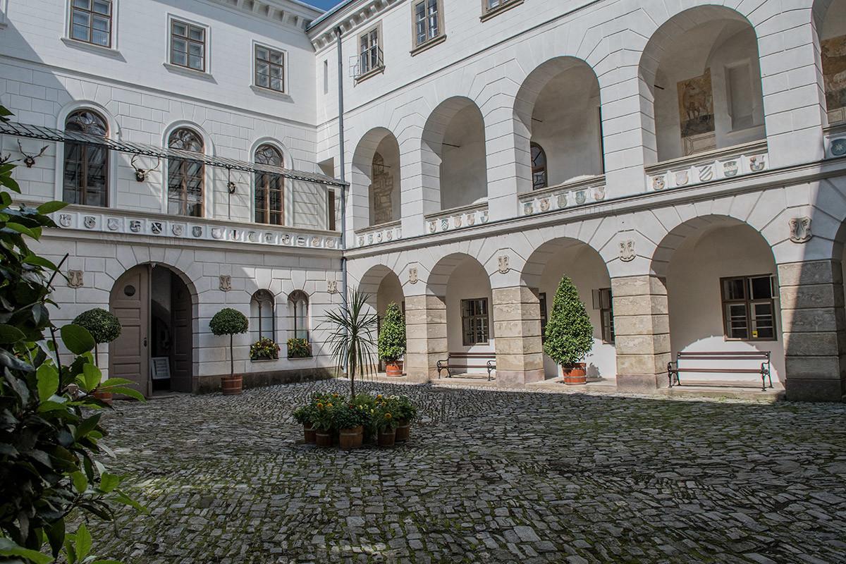 Несколько корпусов, составляющих замок Лысице, образуют внутренний двор с выходящими на мощеную площадь арками галерей.