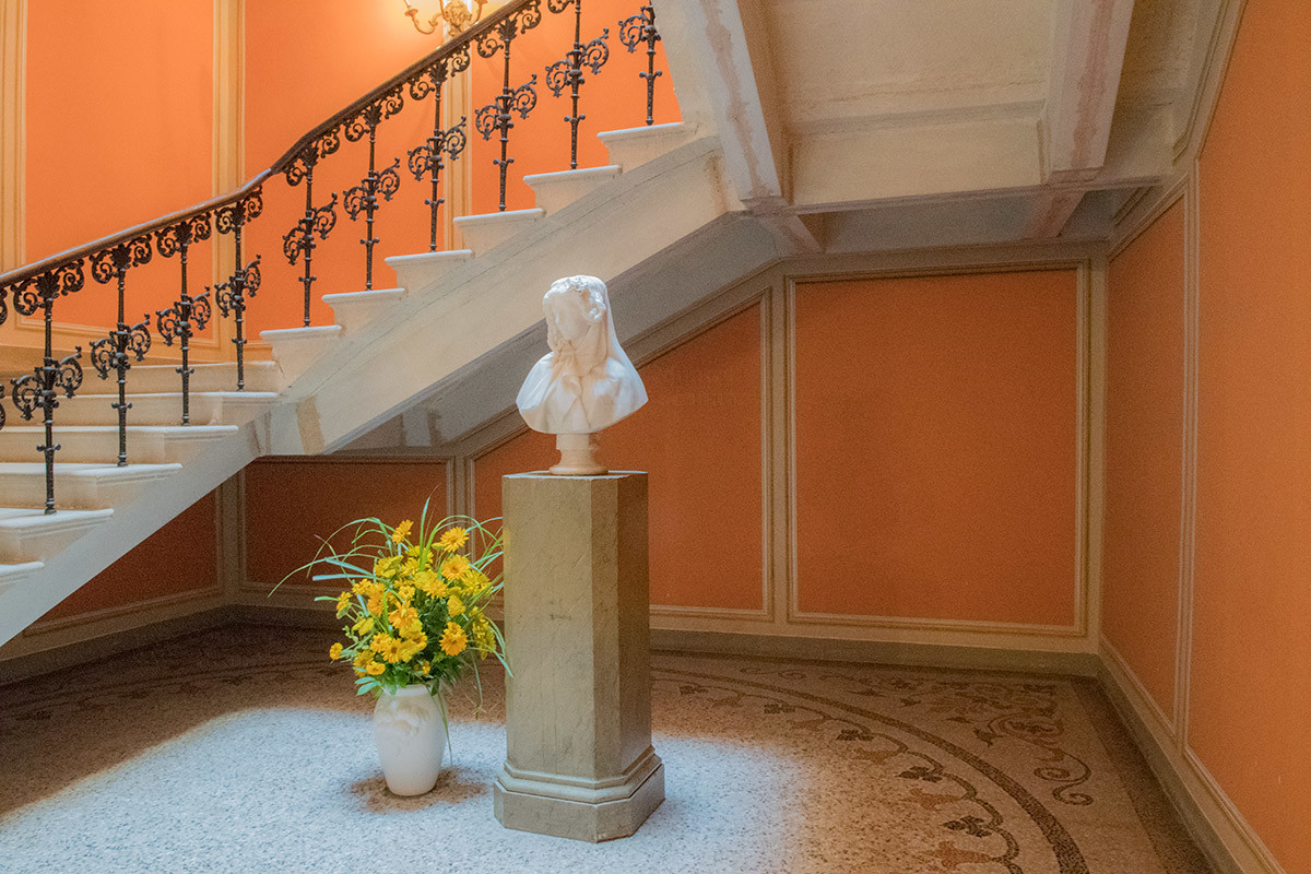 Перед лестницей в замок Лысице установлен мраморный бюст неизвестной девушки, выполненный скульптором Проспером д'Эсте.