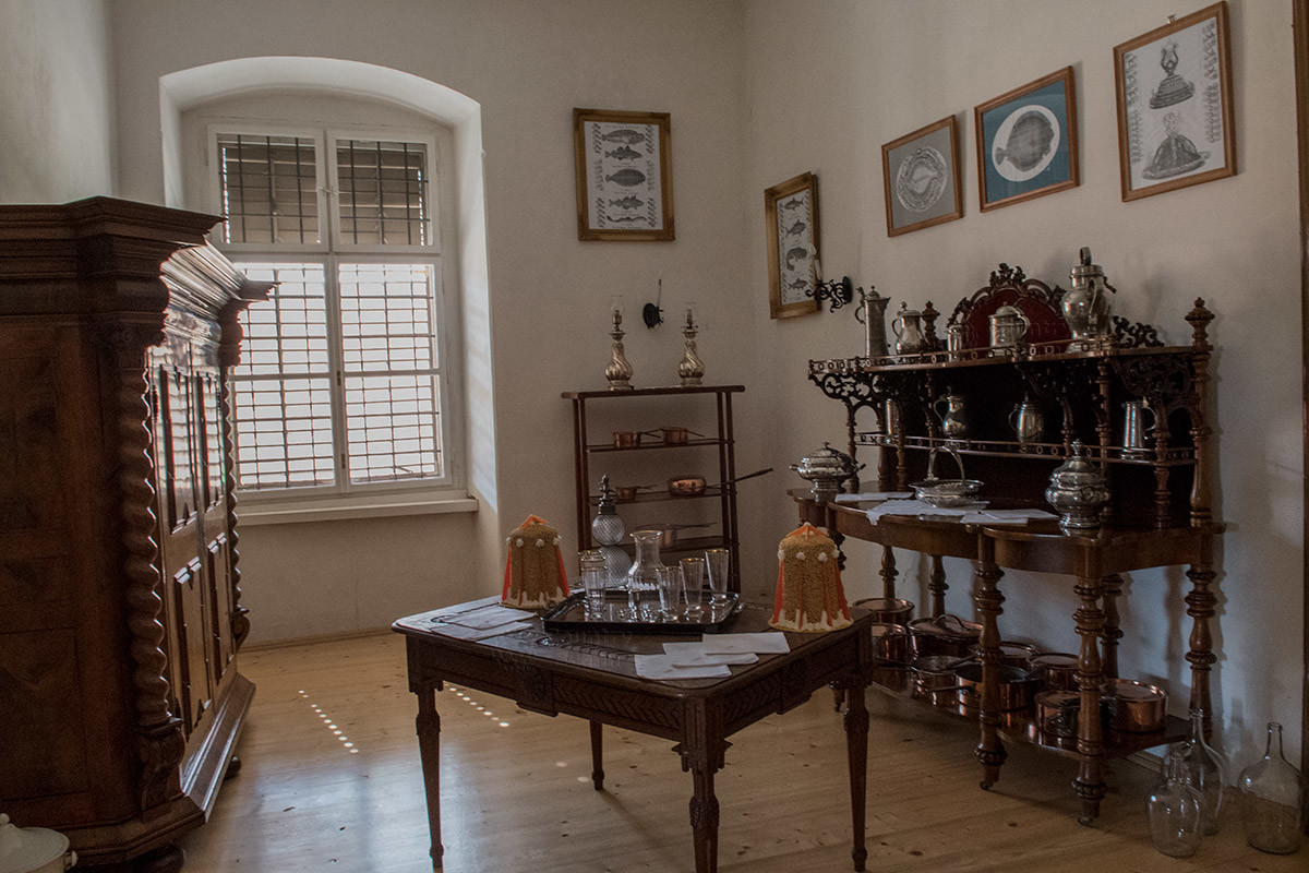 В безымянном помещении без особой отделки хранятся различные предметы из коллекции хозяев замка Лысице.