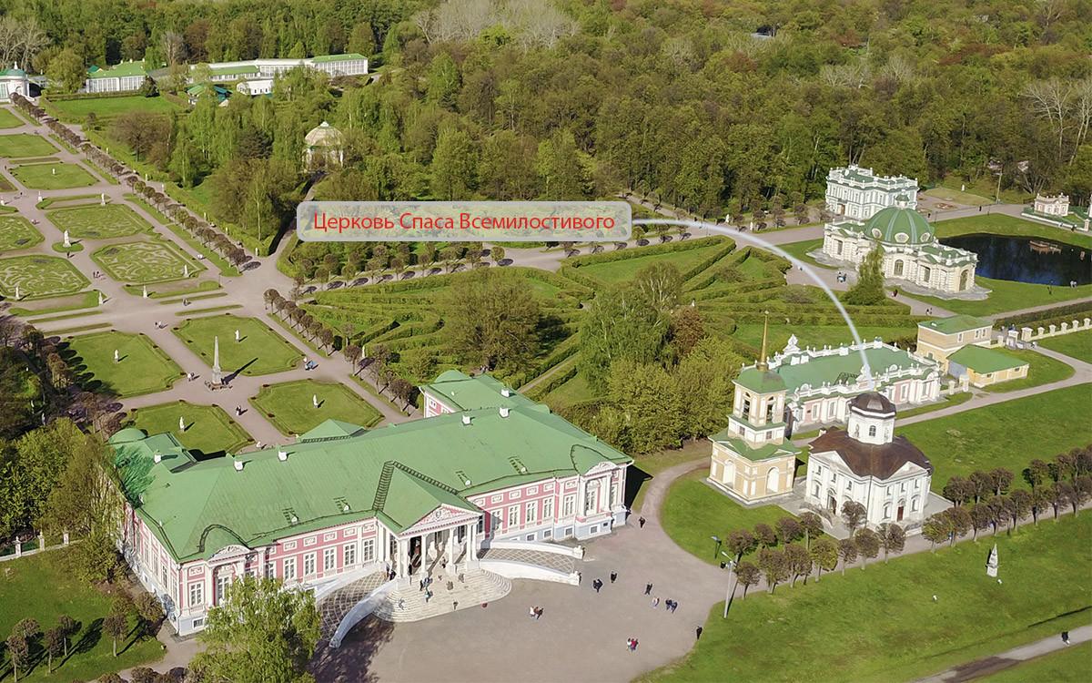 Положение на территории усадьбы Кусково, которое занимает церковь Спаса Всемилостивого, указано на высотном снимке.