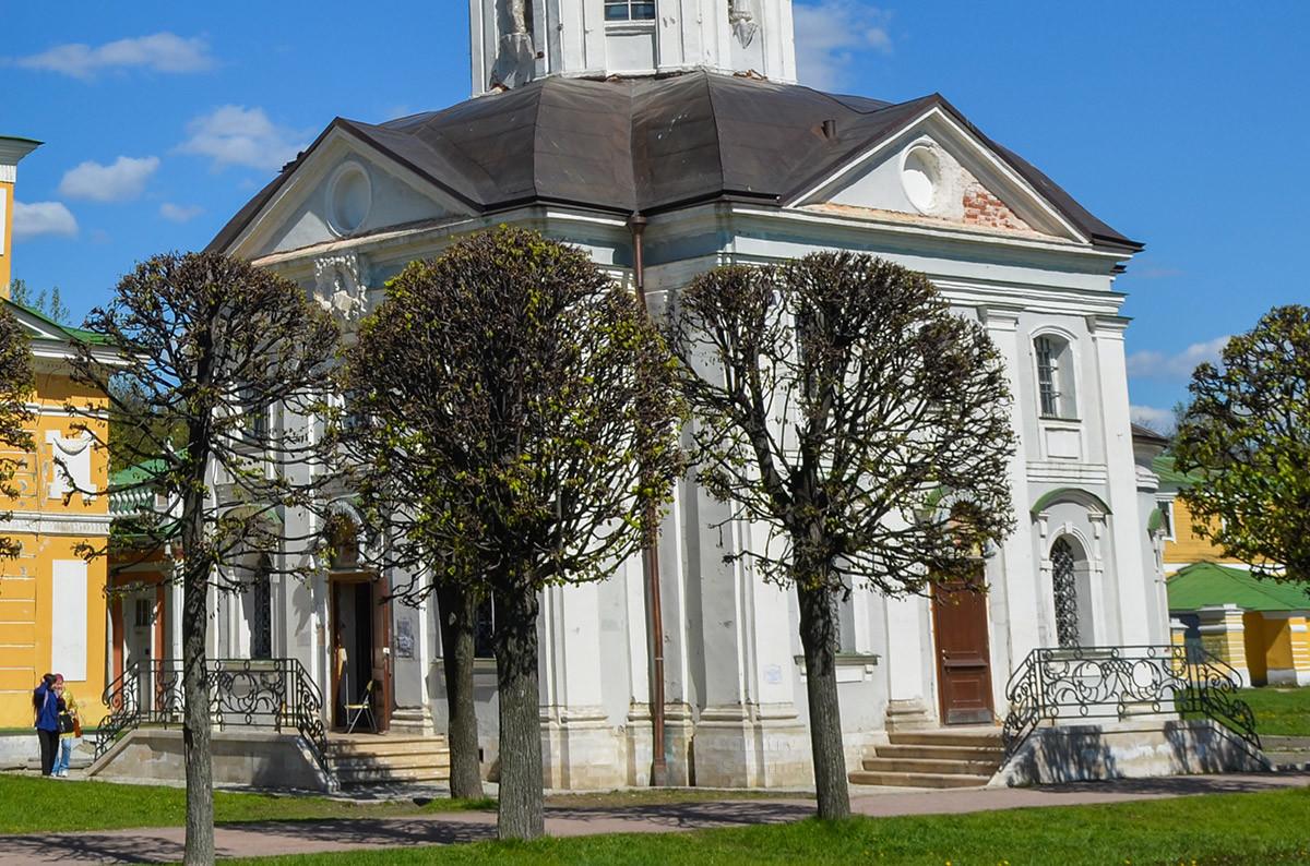 Церковь Спаса Всемилостивого – самое первое строение усадьбы Кусков, именно с возведения храма началось обустройство резиденции.