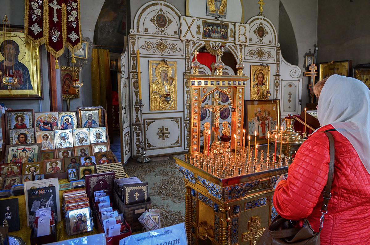 Богато украшенный прямоугольный подсвечник – один из раритетов церкви Спаса Всемилостивого в Кусково.