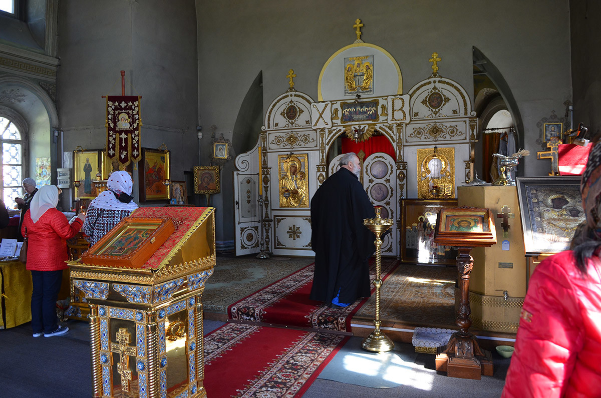 Иконостас алтаря, которым оборудована церковь Спаса Всемилостивого, кажется очень скромным по сравнению с дворцовым убранством.