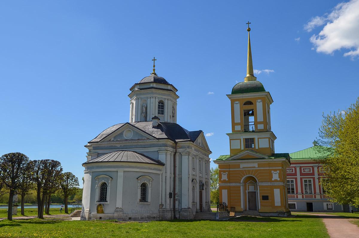 Вид с восточной стороны на церковь Спаса Всемилостивого, его апсиду и колокольню поодаль.