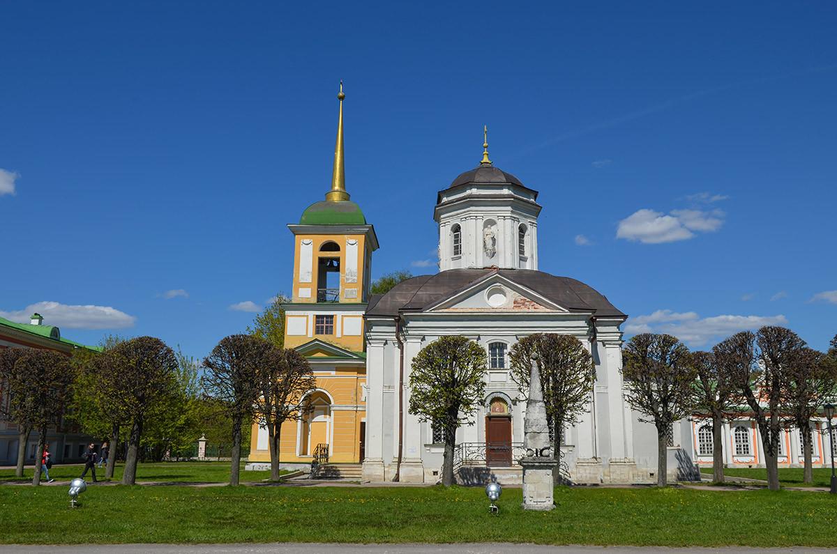 Южный ракурс церкви Спаса Всемилостивого и колокольни, виден пирамидальный обелиск на месте гибели коня одного из Шереметевых.