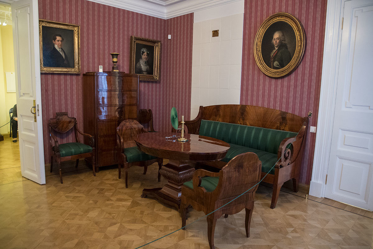 Кроме рабочего кабинета, музей Герцена воссоздал обстановку семейной гостиной, где представлен портрет отца и его родственников.
