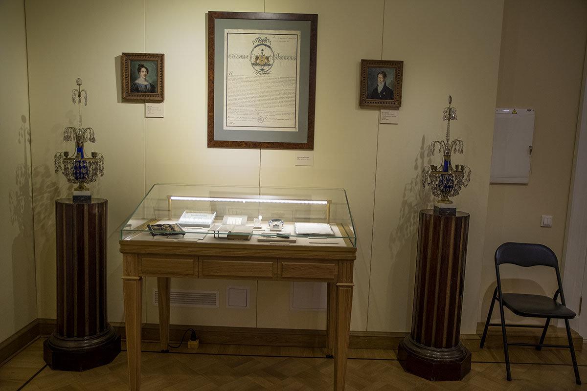 Родословной старинного семейства Яковлевых и портретами родителей начинается осмотр экспозиции музея Герцена.