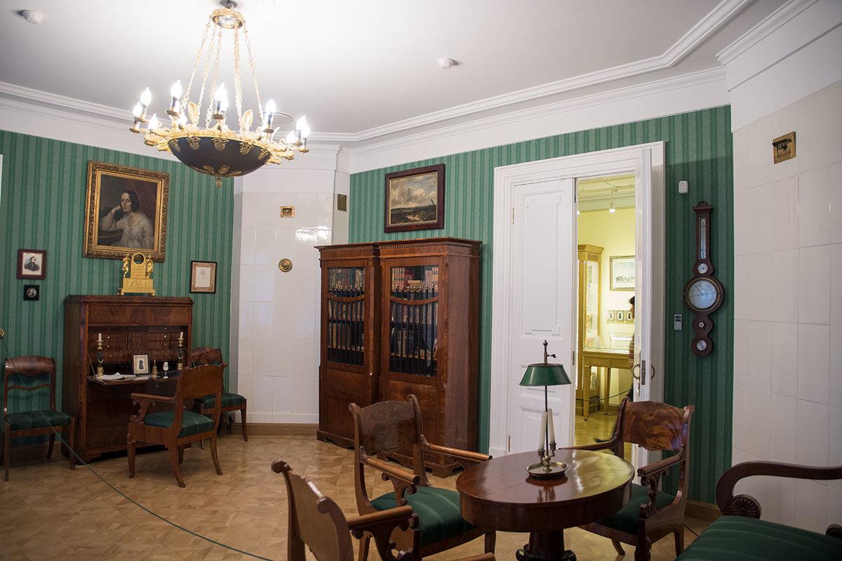 Личные вещи Александра Ивановича музей Герцена демонстрирует на открытой столешнице секретера, стоящего в воссозданном кабинете.