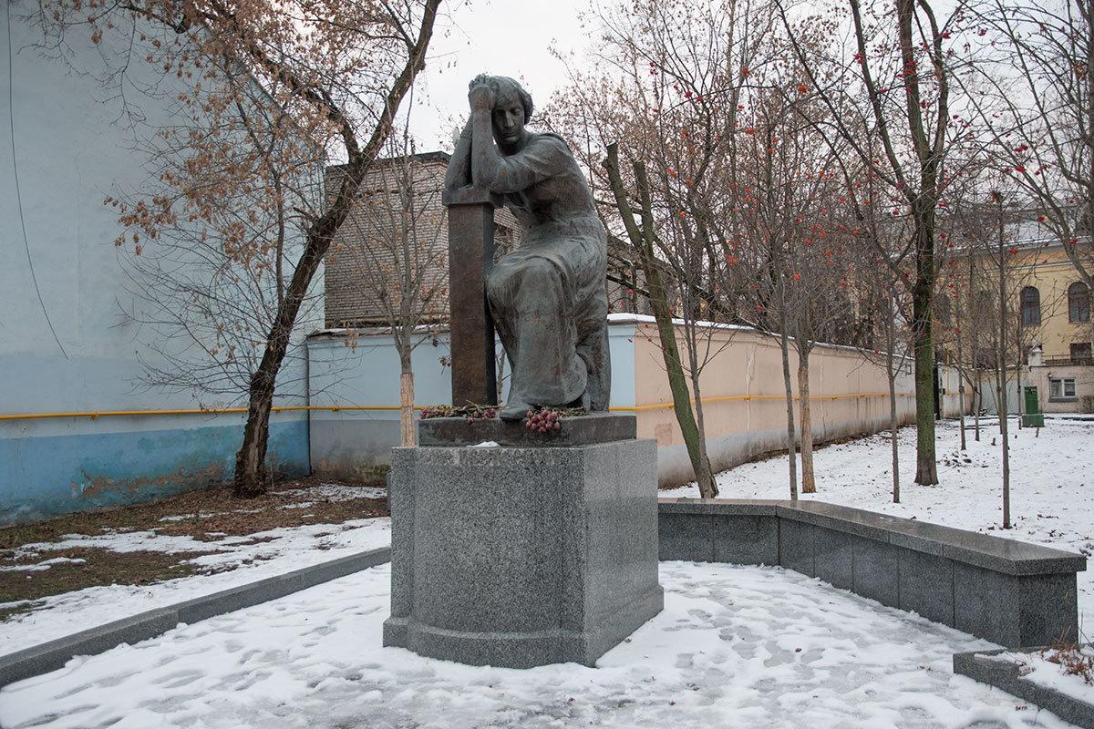 Один из лучших в стране памятников великой поэтессе расположен напротив входа в музей Цветаевой, выполнила скульптуру Нина Матвеева.