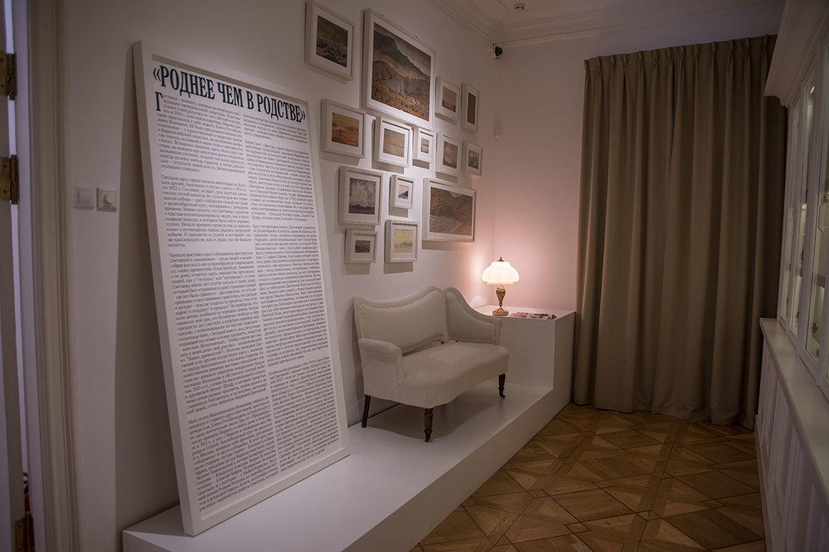 О роли в жизни поэтессы белого дивана, который музей Цветаевой водрузил на постамент, доподлинно ничего не известно.