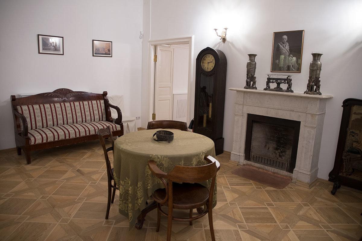 Интерьер семейной гостиной содержит ряд подлинных предметов, а также те, которые музей Цветаевой приобрел из-за схожести с утерянными.